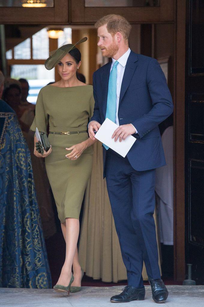 <p> Markle đã tham dự Lễ rửa tội của cháu trai - Hoàng tử Louis - với chiếc váy màu xanh olive thanh lịch của Ralph Lauren và đôi giày cùng màu. Cô cũng không quên kết hợp với phụ kiện là clutch cầm tay và mũ lệch cùng tông của Stephen Jones.</p>
