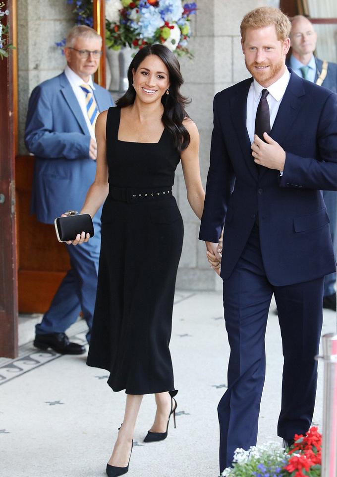 <p> Markle thay đổi rất nhiều trang phục trong chuyến ghé thăm Dublin, tiêu biểu là chiếc váy đen có đai lưng của Emillia Wickstead trong buổi tiếp đón của Đại sứ quán Anh. Cô kết hợp với phụ kiện là clutch cầm tay màu đen và giàu cao gót của Aquazzura.</p>