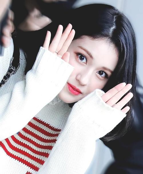 Đôi mắt vốn đã to tròn của Somi trông càng long lanh hơn nhờ chiêu đánh nhũ sáng ở khóe mắt và viền mí mắt dưới. Nữ idol chuộng các tông mắt màu đồng, cam hồng, nổi bật vừa đủ mà không quá chói, lại rất hợp tuổi. Đôi mắt là chi tiết được cô nàng trang điểm cầu kỳ nhất, không quên một đường eyeliner sát chân mi và chuốt mascara kỹ lưỡng.