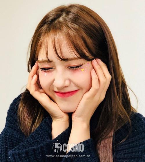 Vẻ trong trẻo, ngọt ngào của Somi còn được tôn lên nhờ chiêu đính đá, kim sa lấp lánh xung quanh đôi mắt, giúp gương mặt càng thêm ảo diệu.