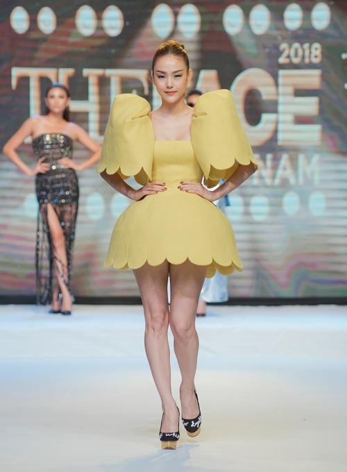 Minh Hằng chơi trội khi diện váy vàng tươi, kiểu dáng độc đáo.