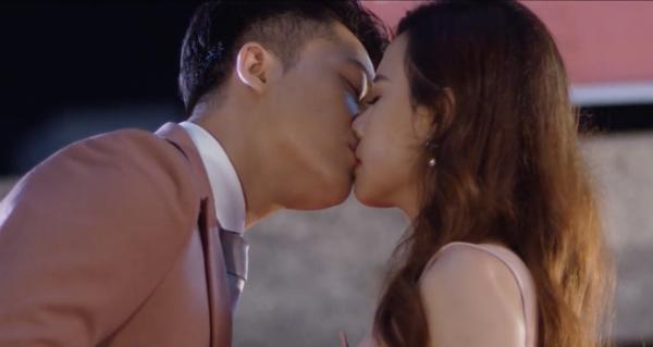 Cảnh khóa môi của cặp đôi trong phim.