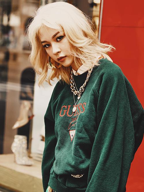 Phí Phương Anh vừa gia nhập hội tóc bạch kim của Vbiz. Đây là màu tóc cực kỳ kén da, tuy nhiên nếu chinh phục được kèm theo cách trang điểm phù hợp như Phương Anh, bạn sẽ có diện mạo quyến rũ chẳng kém các cô gái phương Tây.