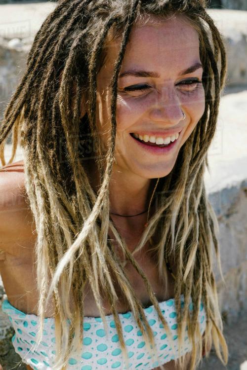 Tóc bện dreadlook mà Hoàng Thùy mà nhiều ngôi sao khác thử nghiệmthực ra không phải là một phong cách mới. Kiểu tóc này ra đời khi con người chưa có những loại nước, xà phòng gội đầu giúp mượt tóc Khi ấy, sợi tóc trở nên khô, dính bết lại một cách tự nhiên, hình thành những lọn tóc rối, dày và cứng như dây thừng.