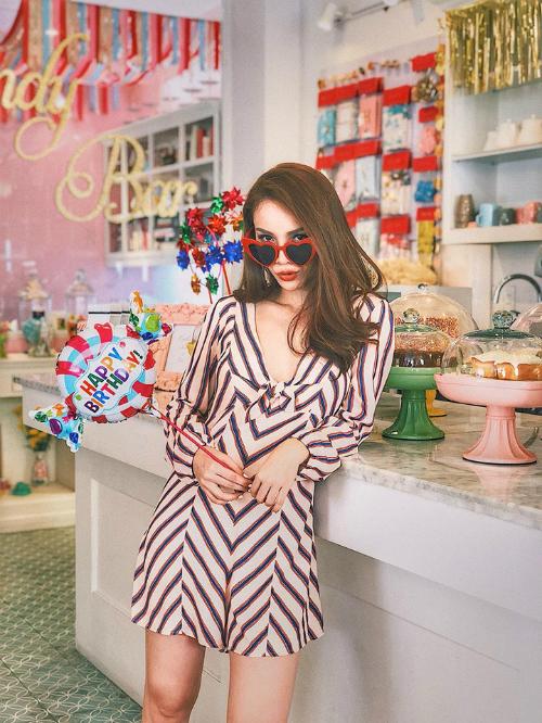 Vóc dáng nhỏ nhắn nhưng Yến Trang luôn biết cách tạo hiệu ứng cho chiều cao nhờ trang phục. Chẳng hạn như những chiếc đầm xẻ ngực với kích cỡ siêu ngắn thế này.