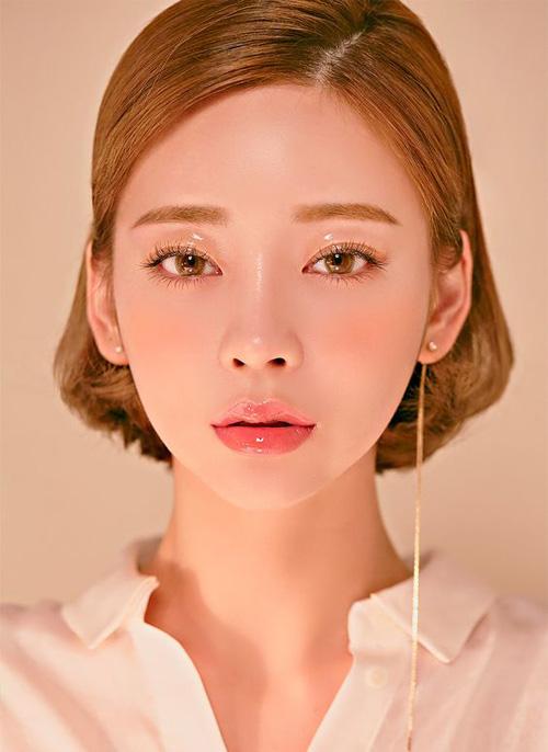 Cùng với xu hướng trang điểm glowygiúp cả gương mặt trở nên căng bóng, son bóng sau nhiều năm thất sủng cũng quay lại được yêu thích, với các tông nhẹ nhàng, tự nhiên như hồng da, cam đào...