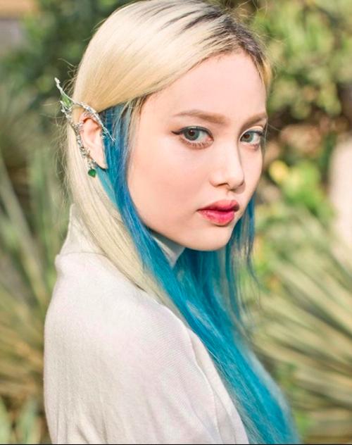 Tóc bạch kim gẩy light xanh ăn rơ cùng đôi mắt xanh giúp Fung La trông như bước ra từ cổ tích.