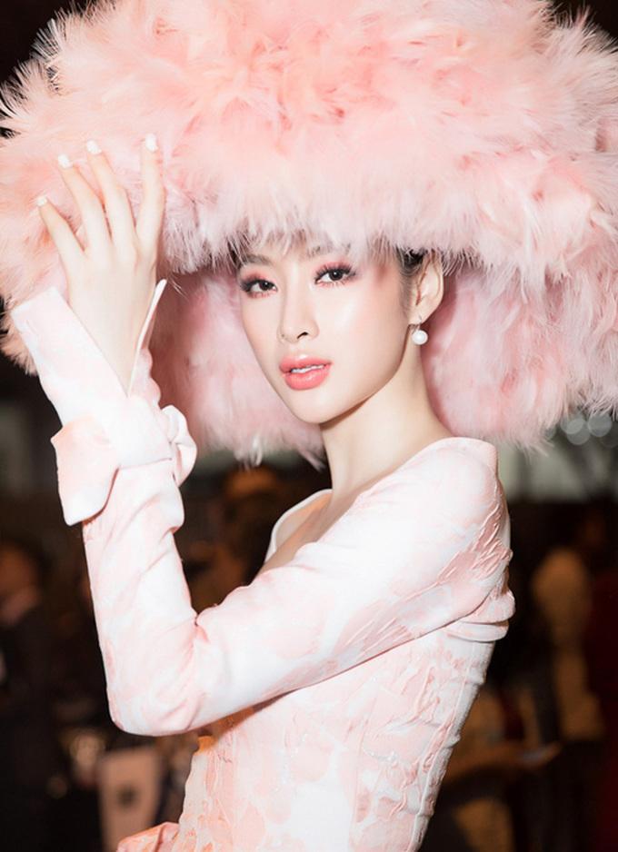 <p> Chuyển qua diện đồ hồng đào, Angela Phương Trinh cũng trang điểm mắt, môi với tông này, giúp diện mạo càng thêm nổi bật.</p>