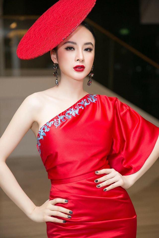 <p> Một khi đã diện váy đỏ, Angela Phương Trinh luôn chọn màu son đỏ rực rỡ đi kèm, tăng thêm độ quý phái.</p>