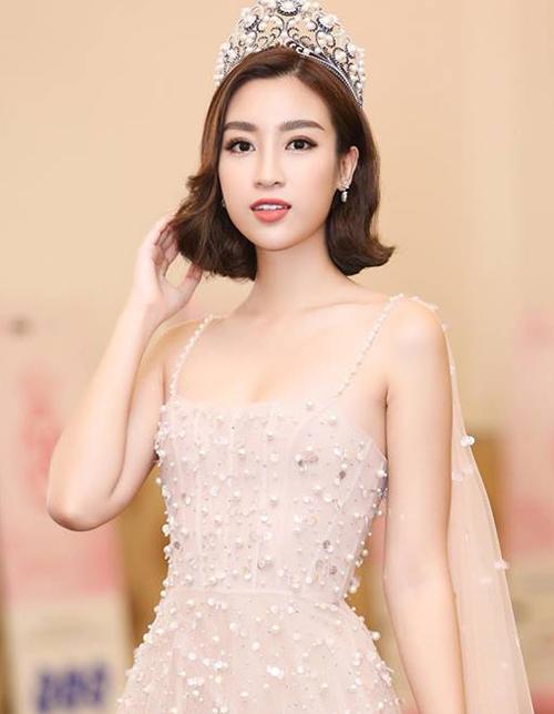 Hoa hậu Mỹ Linh gần đây cũng mạnh tay cắt tóc ngang vai, là hoa hậu hiếm hoi để tóc ngắn trong thời gian đương nhiệm.