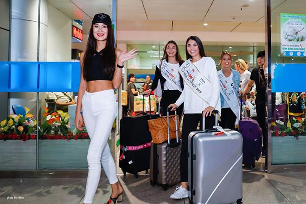 Tối 14/9, 3 người đẹp đăng quang tại cuộc thi Hoa hậu Áo 2018 đáp chuyến bay đến Việt Nam. Họ diện trang phục đơn giản với áo thun, quần jean đơn giản, khoe vẻ năng động. Sự xuất hiện này gây chú ý khu vực sân bay Tân Sơn Nhất.