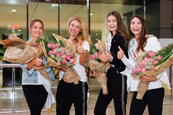 Cả ba bày tỏ niềm háo hức khi lần đầu được đặt chân đến đất nước Việt Nam. Món quà đầu tiên mà ba cô gái nhận được là những đoá hoa sen tươi được cựu người mẫu Paris Vũ và nhà thiết kế Nhật Dũng tặng.