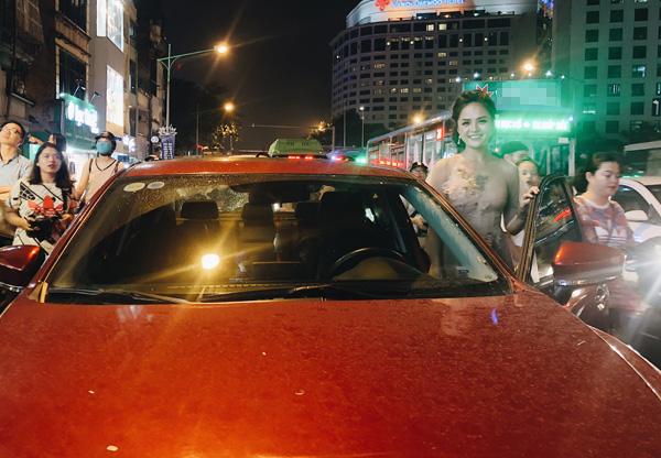 Thu Quỳnh gây chú ý khi tự lái xế hộp đi sự kiện. Theo chia sẻ của người đẹp, cô vừa mua xe ô tô mới chỉ cách đây vài tháng. Dường như sau một thời gian vất vả đóng phim, cuối cùng Thu Quỳnh cũng có thể tự mua tặng bản thân một xế hộp mới để thuận tiện đi lại.
