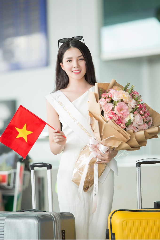 <p>Người đẹp xuất hiện ở sân bay với vẻ rạng ngời. Nụ cười tươi tắn của Hoa khôi Cần Thơ thu hút sự chú ý của nhiều người. Cô có chút lo lắng trước chuyến đi vì thủ đô Manila đang chịu ảnh hưởng của cơn bão Mangkhut.</p>