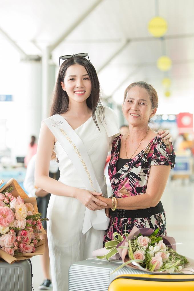 <p>Mẹ Thuý Vi có mặt để tiễn con gái lên đường. Bà tỏ ra khá xúc động, dặn dò con gái cần chăm lo sức khỏe để tham gia tốt các hoạt động của cuộc thi.</p>