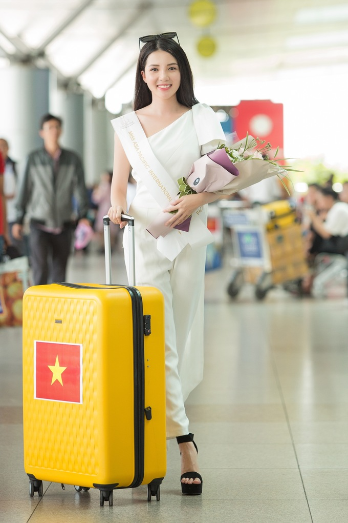 <p>Thúy Vi lỉnh kỉnh với nhiều kiện hành lý khi làm thủ tục. Cô tiết lộ mang 145kg hành lý gồm trang phục và những món quà nhỏ để gửi tặng bạn bè quốc tế trong chuyến đem chuông đi đánh xứ người.</p>