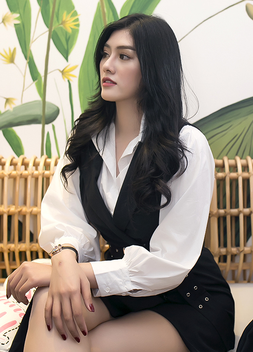 Hoa hậu Huỳnh Tiên kín đáo với váy sơmi cùng chiếc túi Hermes trị giá hàng trăm triệu. Thời gian gần đây, người đẹp ít xuất hiện vì tập trung cho việc kinh doanh.
