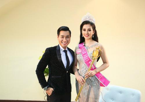 MC Nguyên Khang trò chuyện cùng Trần Tiểu Vy ngay sau khi cô đăng quang Hoa hậu Việt Nam.