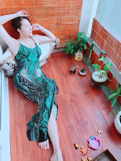 Phi Thanh Vân thả dáng gợi cảm khoe làn da trắng nõn.