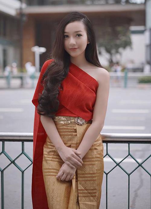 Băng Di xinh đẹp chẳng kém con gái Thái Lan khi khoác lên mình bộ trang phục truyền thống nơi đây.