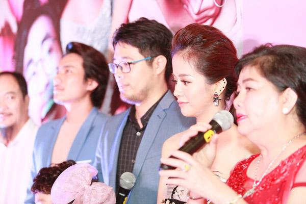 Sau nhiều ồn ào chuyện phim giả tình thật  của hai diễn viên chính là An Nguy và Kiều Minh Tuấn, trong buổi ra mắt  tại Hà Nội, hai người từ chối trả lời mọi câu hỏi của truyền thông,  cũng hạn chế đứng cạnh nhau hay chụp ảnh chung.