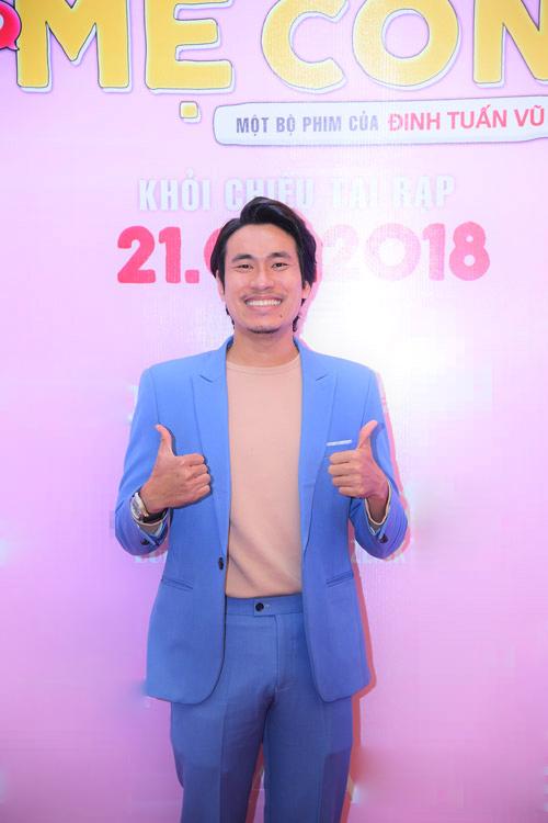 Kiều Minh Tuấn chọn bộ vest xanh trẻ trung trong buổi ra mắt.