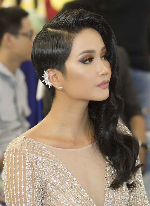 Dùng tóc giả để làm mới diện mạo là chiêu quen thuộc của HHen Niê gần đây. Để phù hợp với kiểu tóc tém có sẵn, người đẹp thường dùng tóc giả dài một bên, chia ngôi 7/3, phần trán uốn cong nhẹ để gương mặt thêm thanh thoát.