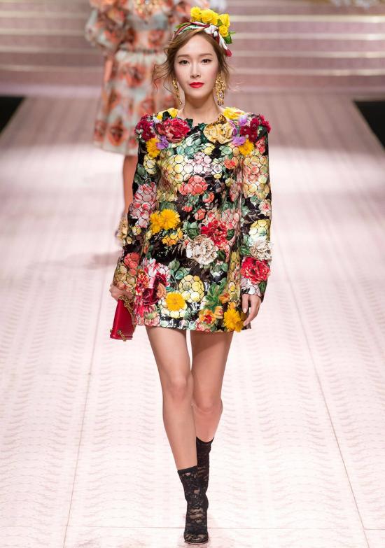 Địch Lệ Nhiệt Ba được ví nữ thần, Jessica bị bắt lỗi make up tại show Dolce & Gabbana - 4