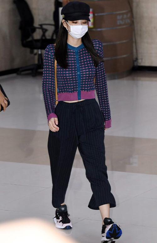 Jennie lộ vẻ mệt mỏi khi về Hàn. Chiếc quần lửng tạo cảm giác đôi chân của nữ ca sĩ ngắn bất ngờ. Ngôi sao mặc áo Zara và đi giày của Adidas.