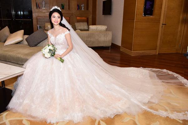 Hoa hậu Thu Ngânchọn diện chiếc váy được hoàn thành sau 300 giờ làm việc, có giá trị hơn nửa tỷ đồng. Chất liệu của váy là vải nhập từ châu Âu, đính kết đá thủ công. Phần tùng váy được thiết kế bằng vải xuyên thấu nhiều lớp tạo độ phồng rộng cho chiếc váy cưới.
