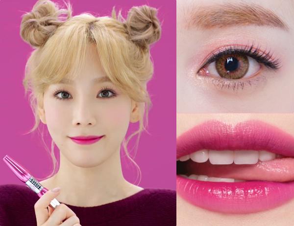 Tae Yeon ăn gian tuổi rất hiệu quả bằng cách trang điểm sử dụng tông hồng tím. Phần mắt được cô nàng phủ màu hồng nhạt nhẹ nhàng, đôi môi đầy tươi trẻ và rạng rỡ nhờ son hồng đậm, nhấn màu hồng tím phía trong lòng môi. Nữ idol không quên tán má hồng đậm tay để diện mạo càng thêm nhí nhảnh.