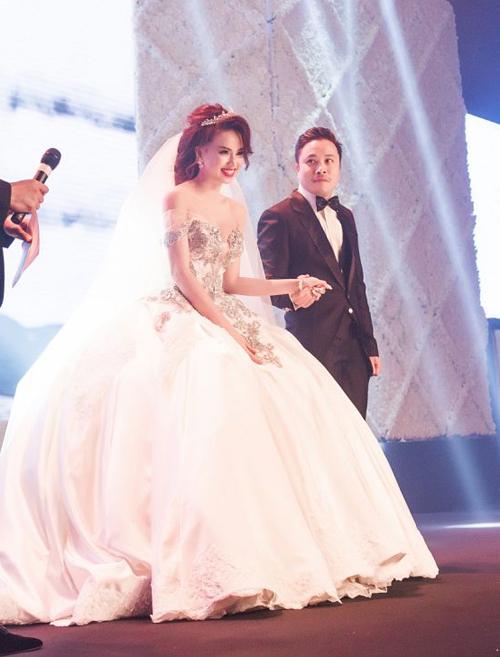 Đinh Ngọc Diệp gồng mình khoác lên người chiếc váy cưới nặng đến 20 kg để có vẻ ngoài như bước ra từ truyện cổ tích. Bộ váy với phần tùng phồng khá cồng kềnh khiến người đẹp gặp nhiều khó khăn khi di chuyển.