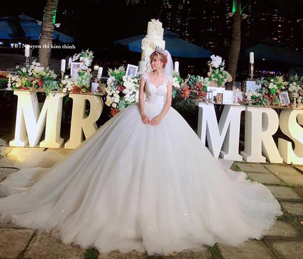 Khởi My là một trong những mỹ nhân Việt sở hữu bộ váy cưới cầu kỳ, tốn vải nhất. Thiết kế này tuy có mức giá không quá đắt đỏ nhưng vẫn mang đến cho Khởi My vẻ ngoài lung linh nhờ phần tùng váy bồng bềnh như mây, tôn lên vòng eo con kiến của nữ ca sĩ.