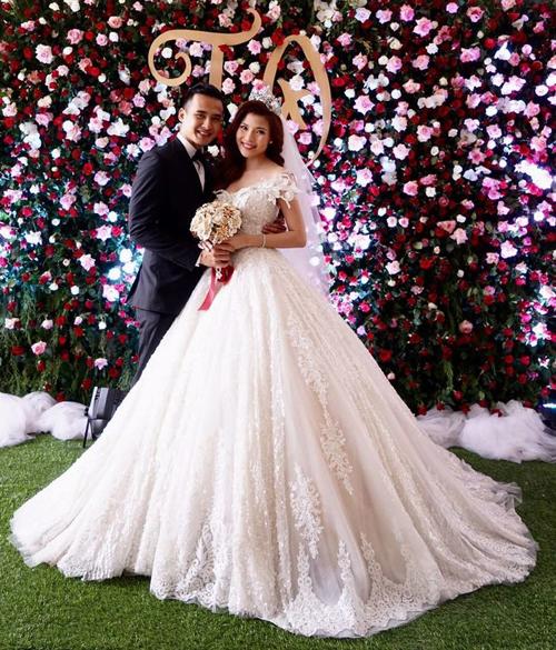 Diễn viên Thúy Diễm đã chi 450 triệu cho 3 bộ váy cưới cho đám cưới với Lương Thế Thành . Các mẫu váy đều hết sức kiêu sa khi được phủ hạt lấp lánh và tùng váy xòe rộng giúp cô dâu lộng lẫy như một nàng công chúa.