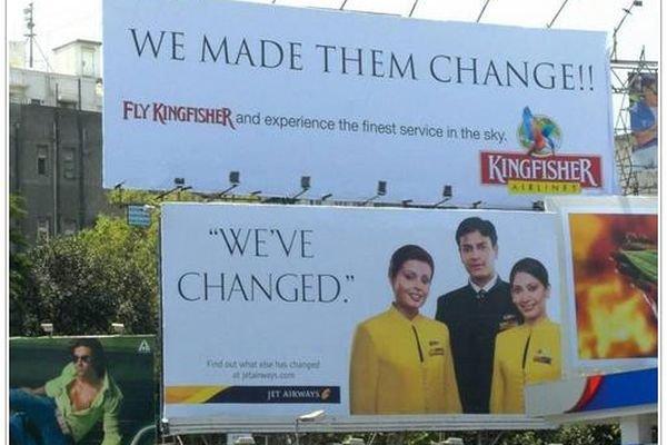 Đầu tiên, Jet Airways đặt tấm biển billboard với slogan Chúng tôi đã thay đổi. Ngay sau đó, Kingfisher gây sự chú ý bằng thông điệp phản hồi Chúng tôi đã khiến họ thay đổi!!.