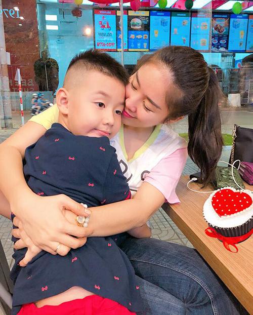 Lê Phương đưa con trai đi chơi, hai mẹ con ôm nhau rất tình cảm.