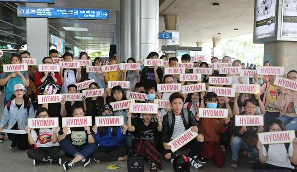 Hàng trăm fan của Hyomin đã túc trực từ sáng sớm ở sân bay để chào đón thần tượng.