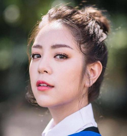 Chuẩn mực vẻ đẹp của con gái Thái phải là hàng lông mày rậm sắc nét, vì thế ít nàng nào quên chi tiết này khi đi học. Bên cạnh đó, đôi mắt cũng được đánh kiểu màu khói mang đậm nét phương Tây.