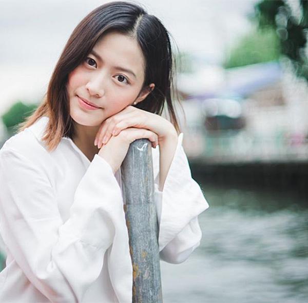 Bầu má hồng hồng, ửng nhẹ như đang xấu hổ cũng giúp nữ sinh Thái thêm phần thu hút, đáng yêu khi đi học.