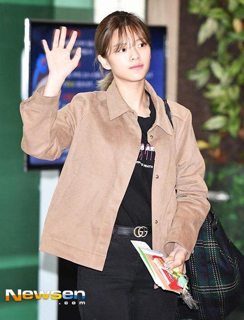 Jeong Yeon đãng nhuộm tóc sang màu sáng, highlight xanh xám lạ mắt. Cô nàng khoe đẳng cấp với thắt lưng Gucci đắt đỏ.