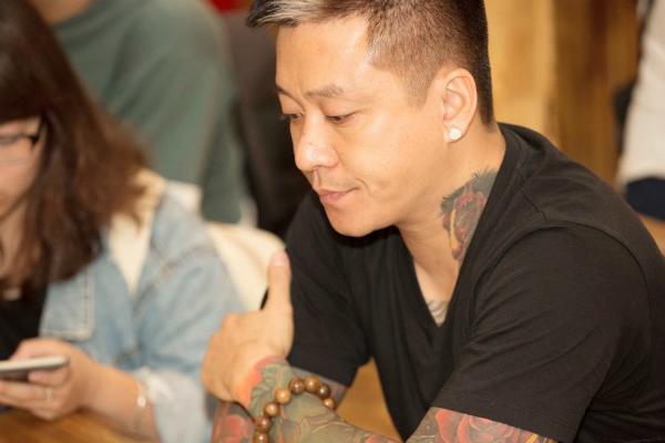 Tuấn Hưng tại buổi họp báo sau khi bị hủy show.