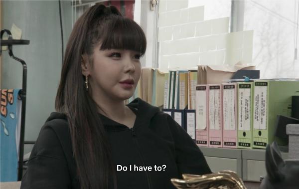 Park Bom gây chú ý trên sitcom YG Future Strategy Office.