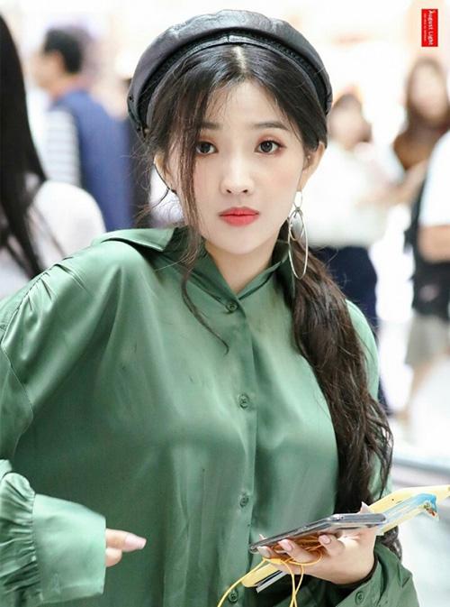 Ngoài chất liệu nhỉ thì mũ da cũng hợp với hình tượng nổi loạn của So Yeon.