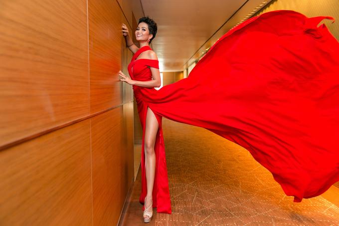 H'Hen Niê: 'Fan nước ngoài cũng gọi tôi là tắc kè hoa'