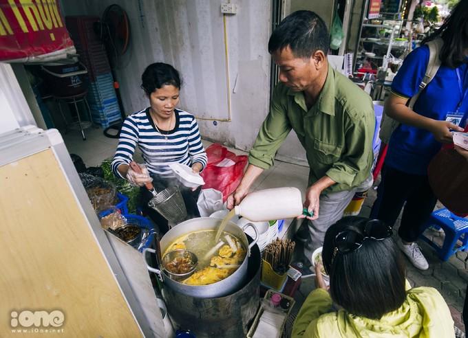 <p> Nằm đối diện Trường THPT Việt Đức, Hà Nội là quán bánh đa cua của cô Đam.Ngày trước, cô chỉ đi bán rong vỉa hè nhưng bây giờ cô thuê một cửa hàng để buôn bán ổn định hơn.</p>