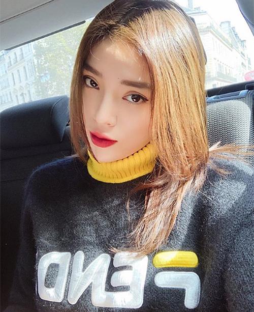 Cách tô son trong đậm, nhạt dần ra viền môi giúp Kỳ Duyên trông trẻ trung, nhẹ nhàng hơn, nhiều khoảnh khắc xinh xắn như con gái Hàn, khác hẳn phong cách Tây thường lệ.