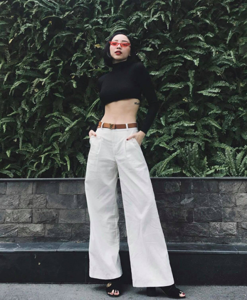 Trong hình, Tóc Tiên thể hiện khả năng am hiểu thời trang khi là sao Việt đi đầu trong việc diện kiểu áo hở eo được nhiều mỹ nhân showbiz yêu thích. Cô kết hợp mẫu áo này cùng quần ống loe cạp cao và sandals của Gucci. Thắt lưng Louis Vuitton được cô thêm vào set đồ để làm nổi bật phong cách.