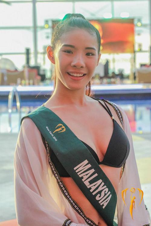 Mặt mộc của đại diện Malaysia bị đánh giá lu mờ so với các nhan sắc khác ở cùng khu vực. Ở vòng thi phụ, cô xuất hiện với gương mặt nhợt nhạt, thiếu sức sống.