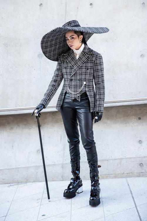 Gil Lê lại tiếp tục lựa chọn trang phục của NTK Lưu Ngọc Kim Khanh phối cùng nón của Ngô Mạnh Đông Đông và giày của KYE tạo ra một set đồ của các thương hiệu, NTK Việt những vẫn nổi bần bật giữa dàn fashionista Hàn Quốc.