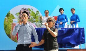 Hoàng Bách và mẹ kêu gọi ủng hộ chiến dịch nước uống sạch